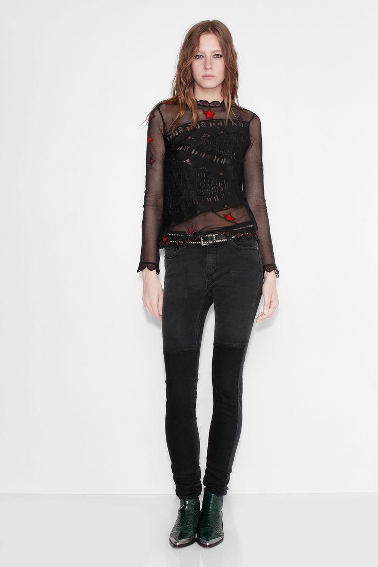 Top en résille Zadig et Voltaire, manches longues, rebrodé de motifs et boutons nacre au dos, 100% coton. Le mannequin mesure 183cm et porte une taille XS.