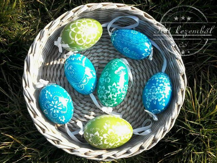 Karcolt tojások zöldben és kékben