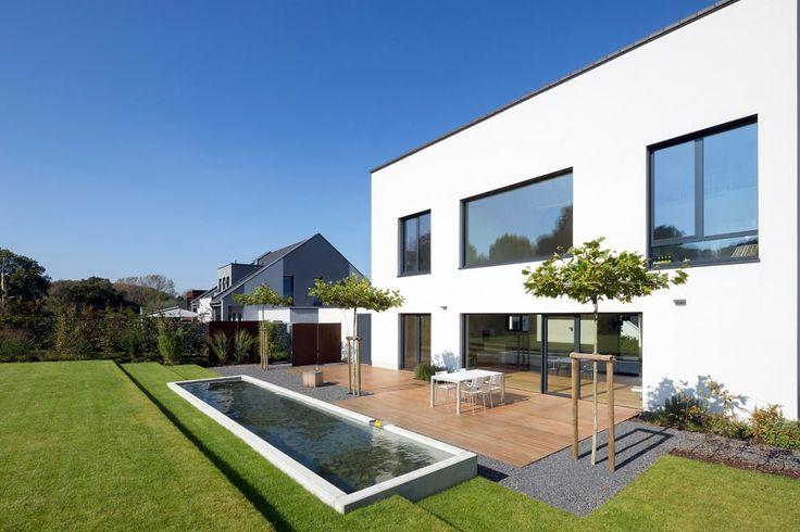 Finde minimalistischer Garten Designs in Weiß: Terrasse mit Wasserbecken. Entdecke die schönsten Bilder zur Inspiration für die Gestaltung deines Traumhauses.