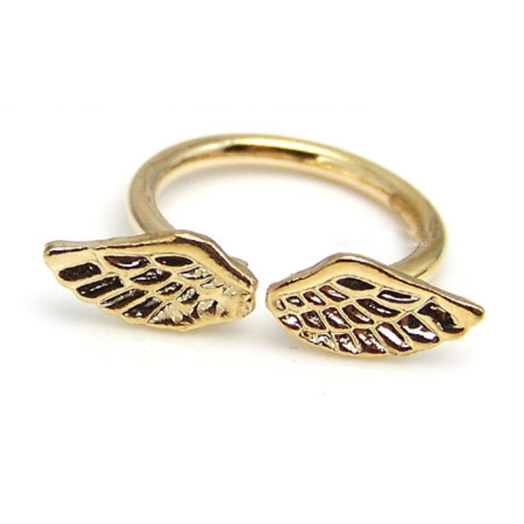 Anillo metalico dorado con diseño de alas