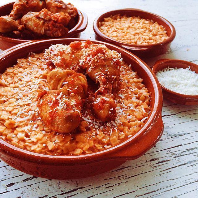 Μια εύκολη συνταγή για ένα νόστιμο χορταστικό πιάτο με ένα αγαπημένο απ' όλους πουλερικό. Κοτόπουλο με κριθαράκι ή μικρό χυλοπιτάκι στο φούρνο.  Φωτο