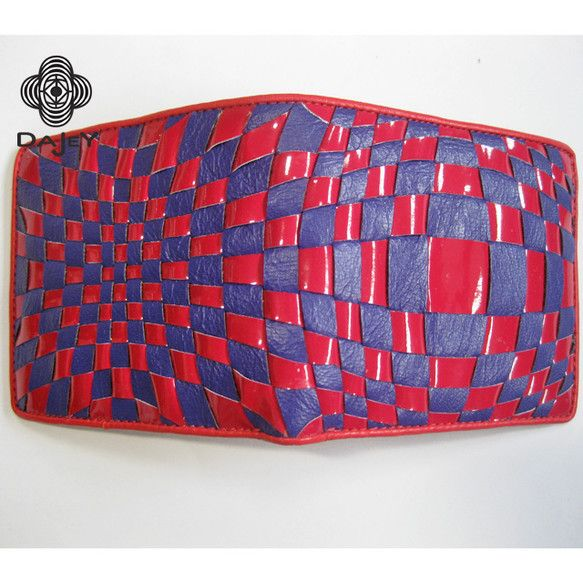 一寸の狂いも許されない、匠の技が凝縮された二つ折り財布です。薄く漉いたヌメ革とクロム革を、一本一本熟練した手仕事により、隙間無く交互に編み込んで一つ柄として仕...|ハンドメイド、手作り、手仕事品の通販・販売・購入ならCreema。