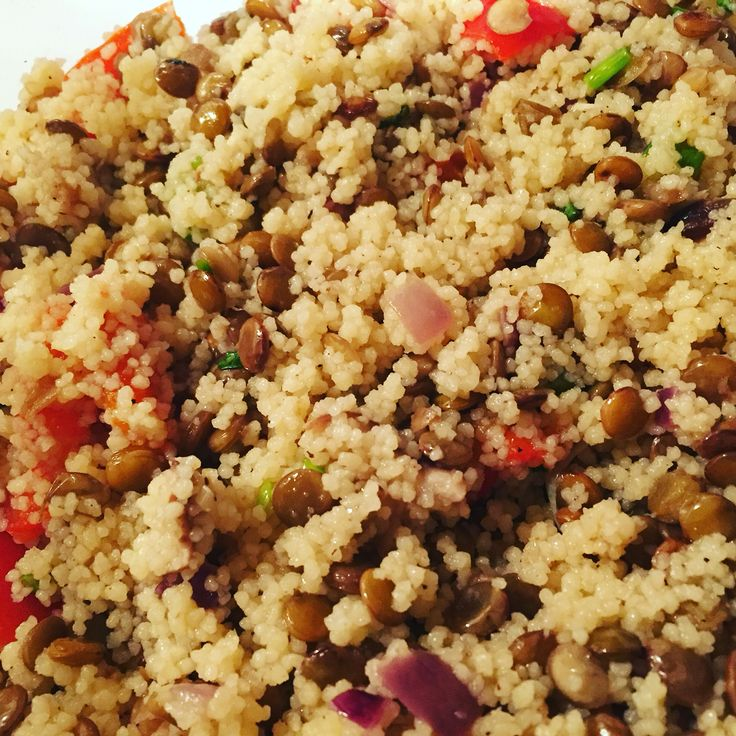 Salade de couscous et lentilles aux champignons sautés et poivrons grillés.  Vinaigrette: jus citron, huile d'olive, oignons verts, coriandre, sucre, sel et poivre.