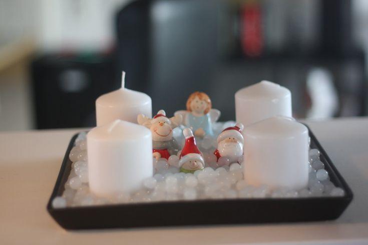 """Jul med vandperler. Endnu en adventskrans. Helt hvid og med små hvide vandperler. Vi synes den er så sød, fordi det ligner at de små figurer """"gemmer sig i sneen"""", og så med englen der står og synger bagved. Det bliver næsten ikke mere julet!"""