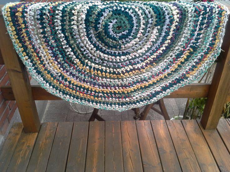 Lækkert blå-grønt kludetæppe hæklet af genbrugsstof, som jeg har klippet i strimler.
