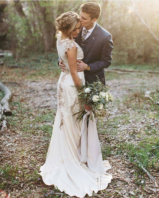 Here again is our beautiful bride Caroline in @clairepettibone. Photo by @alixann_loosle_photography. #altamodabride #clairepettibone #utahbride #utahwedding #ambsamplesale