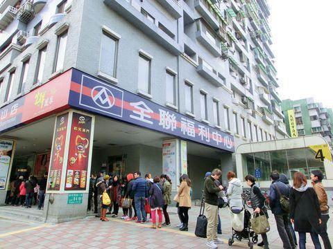 現地の人や台湾ツウに「台湾でおすすめの朝ごはんは?」と聞くと必ず名前があがってくるのが今回ご紹介する「阜杭豆漿」。お店の名前とともに「すっごく並ぶけどね」というのも必ず聞く情報。確かにその味は並んででも食べたいほどの美味しさ!注文方法のポイントも一緒にご紹介します。台北駅からも徒歩圏内というアクセスの良さですので、ホテルは素泊まりを選んで、早起きして絶品朝食を食べにでかけましょう!