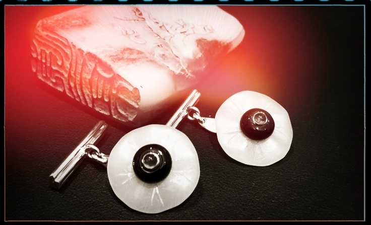 Cufflinks made ​​from old buttons Qing Dynasty (1644-1911), adorned with onyx, emerald and white gold