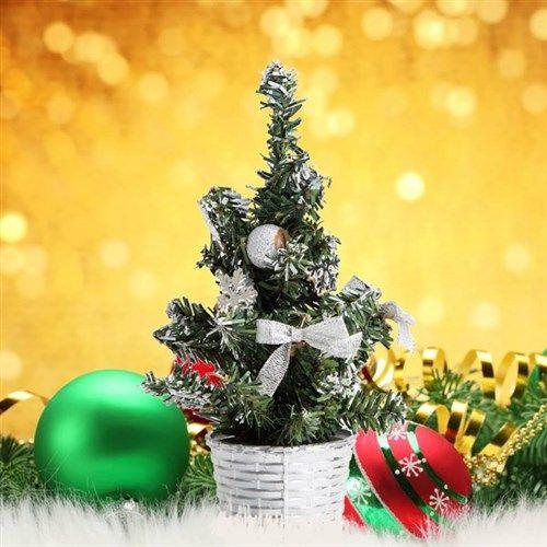 Mini mini çam ağaçları... Yılbaşında ağaçların kesilmesine içiniz gidiyor ama gene de evinizde sevimli bir çam ağacı olsun istiyorsanız Mini Çam Ağaçları tam size göre. Kırmızı ve gümüş renkleri bulunan Mini Çam Ağaçları seçmiş olduğunuz renkte tek olarak gönderilecektir. http://www.buldumbuldum.com/hediye/mini-cam-agaclari/