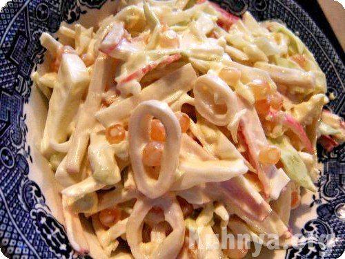 Салат из консервированных кальмаров со свежим огурцом