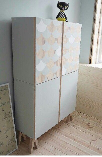 IKEA HACK mit IVAR: So toll können die IVAR Schränke aussehen! Tolle Kombination mit den Füßen und der grauen Farbe.