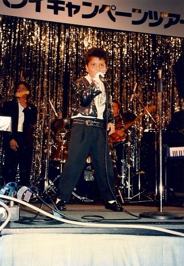 ''A criança da foto é o cantor Bruno Mars aos oito anos de idade interpretando Michael Jackson em um show de talentos''