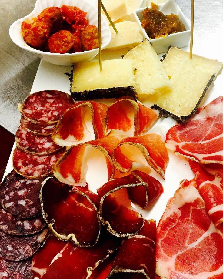 Fame 24-3-17 #antipasto #dinner #gnam #gnamgnam #salumi #formaggio #cheese #yummy #acciughe #gnam #foods #food #foodlover #foodlover #love #cibo #ristorante #lunigiana #toscana #italia #italianfood #igers http://www.butimag.com/ristorante/post/1477768682129520090_362986605/?code=BSCFsluhvXa
