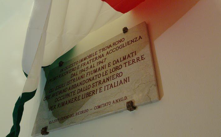 La lapide con la quale si ricorda all'asilo Martini l'arrivo a Cremona dei giuliano dalmati in fuga dall'Istria e Dalmazia