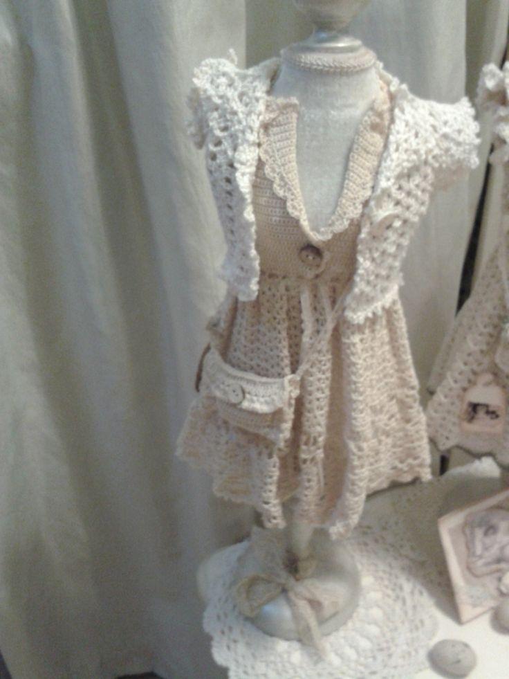 Een gehaakt jurkje en vestje..............  Nelleke Verkouter