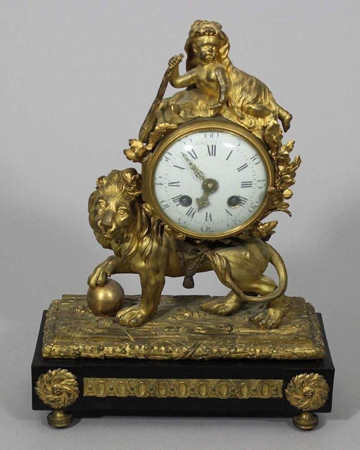 """Louis XV-Pendule """"Au Lion"""", Frankreich um 1770. Vergoldete Bronze mit feiner Ziselierung. Sockel mit"""