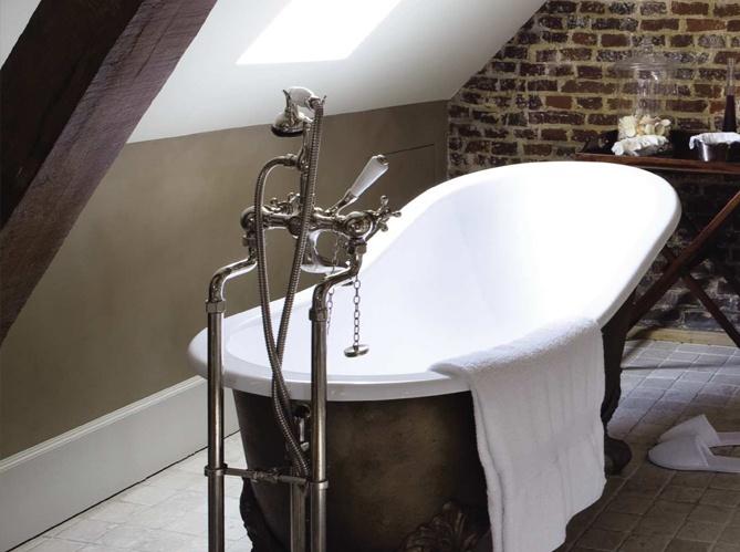 Salle de bain d'inspiration anglaise / Bathroom British inspired : http://www.maison-deco.com/salle-de-bains/deco-salle-de-bains/Le-charme-du-retro-dans-la-salle-de-bains