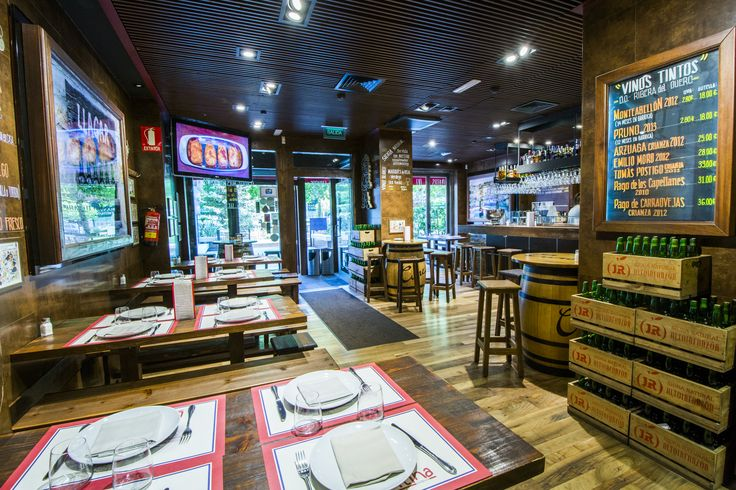 La Cantina, la zona de la barra con bancos y mesas bajas.