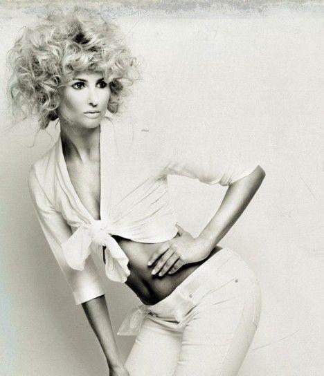 Taglio riccio anni 90Lo stile è un po' quello degli anni '90 per questa chioma bionda e voluminoso, tra i tagli di capelli ricci del 2015.