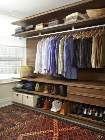 忙しい朝、洋服でも靴でもすぐに取り出せる、機能的なスタイルのクローゼット。ナチュラルなブラウンでどんなアイテムにもフィット。