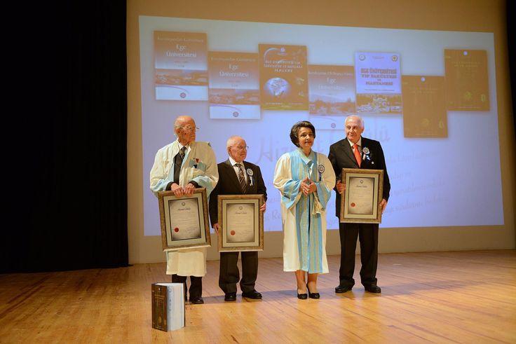 """Ege Üniversitesinin 60 Yıllık birikimini hazırladıkları kitaplar ile gelecek nesillere aktarılmasını sağlayan emekli mensuplara """"Hizmet Ödülü"""" takdim edildi."""