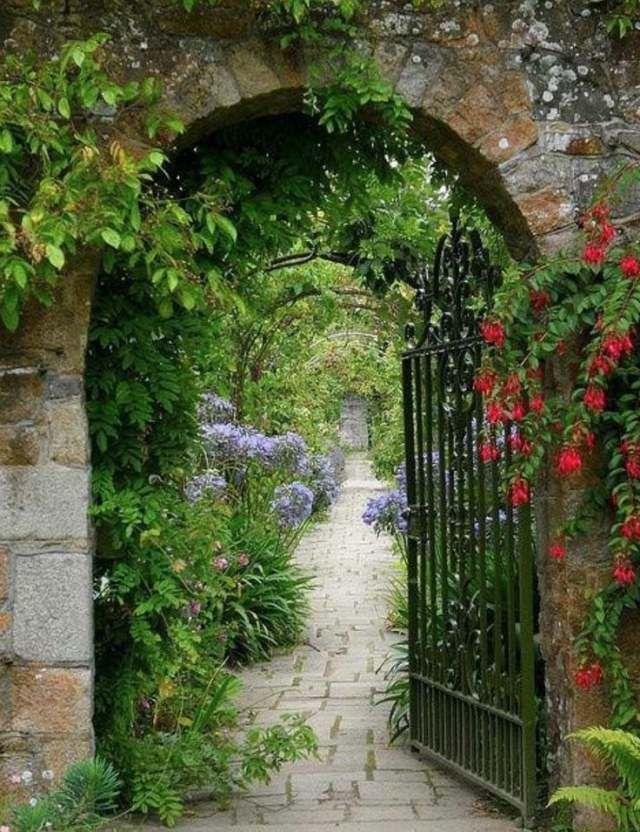 portillon de jardin métallique qui mène sur l'allée de jardin
