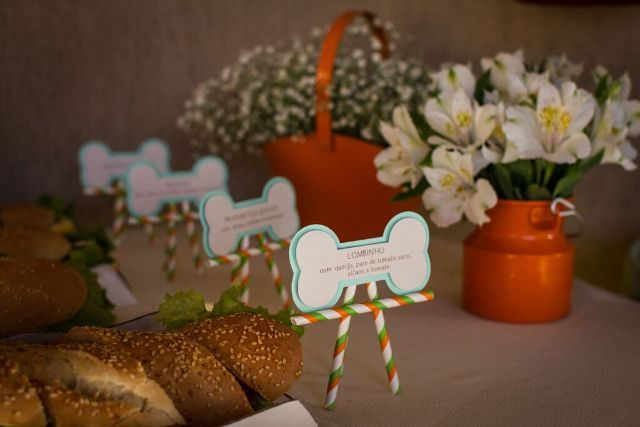 A festa de um aninho do Théo foi com um tema que ele ama: cachorrinhos! Ela foi toda planejada e executada pela mamãe e ficou um charme. Claro que para deixar tudo perfeito ela não esqueceu de nenhum detalhe e esbanjou criatividade: Os aperitivos das mesas do convidados e os doces da mesa de doces …