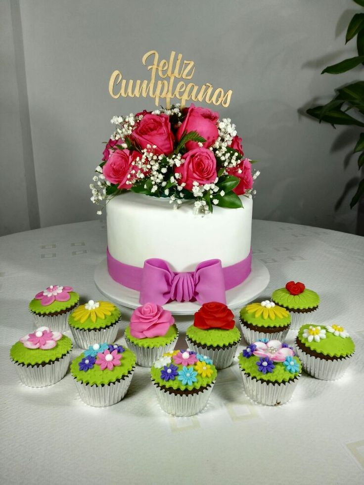 Torta 21 cm, con flores naturales by MíA REPOSTERíA, Cali_ Col