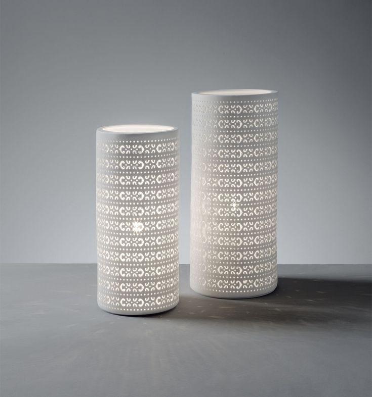 Lampade O1326-O1327    lampade 'baroque' in porcellana traforata  colore: bianco  dimensioni: 11x24, 12x28