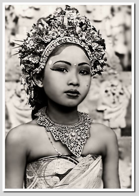 Early photo from Ni Gusti Raka, one of the most prominent dancers of Bali. Date and photographer unknown, photo restored by Wolfgang Peter.