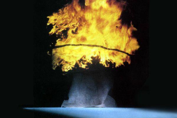 «La nostra rappresentazione [ ... ] cerca di dare suono, immagine e significato a parti e problemi di drammaturgia ed interpretazione che hanno costituito e costituiranno sempre il tormento di tutti coloro che vorranno affrontarli. Un esempio, tra i tanti, è l'immenso problema dello Spirito della Terra. Si sono scritti libri su questo! Noi abbiamo tentato di risolverlo in un modo coraggioso e complesso, con l'immagine dello schizzo apollineo disegnato da Goethe stesso, ingrandito e in…
