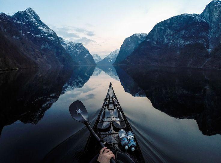 Les fjords de Norvège vus d'un kayak par Tomasz Furmanek - http://www.2tout2rien.fr/les-fjords-de-norvege-vus-dun-kayak-par-tomasz-furmanek/