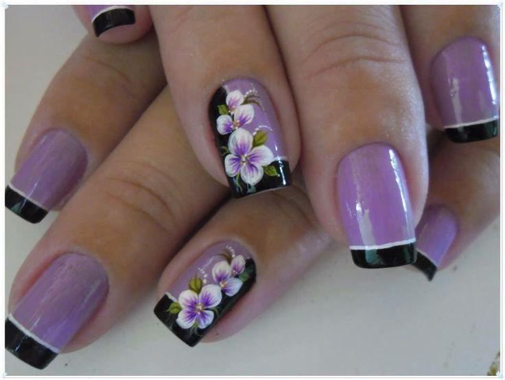uñas lila y negro, frances y diseño flores mano alzada