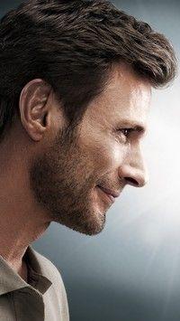 Profil uśmiechniętego mężczyzny