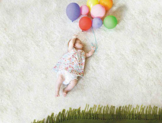 Новорожденная девочка с шариками