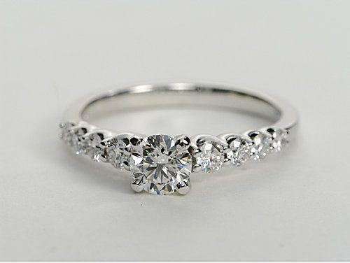 Montura para anillo de compromiso con diamantes laterales graduados en oro blanco de 14 k