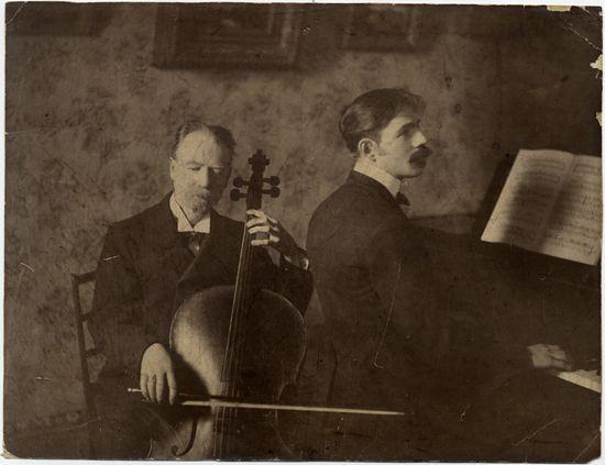 Raoul Hügel y Arturo Hügel.  De la colección de Raoul Hügel. Él junto a su padre haciendo música, en piano y cello.  Colección de Fotografías, Centro de Documentación de las Artes Escénicas del Teatro Municipal de Santiago.