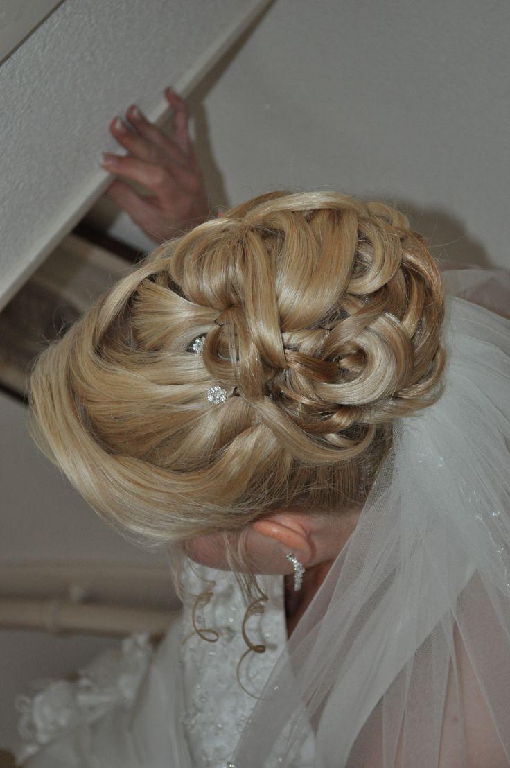 bruidskapsel geheel opgestoken met lussen en sluier erin. bridal hair updo with veil