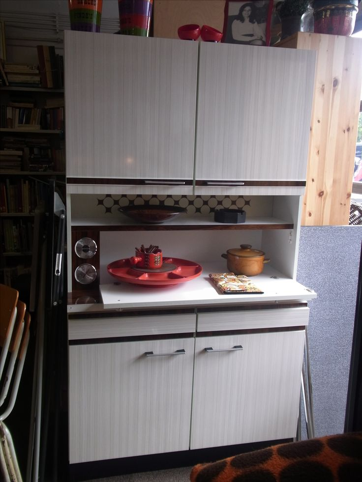 Retro keukenkast van hoogwaardige kwaliteit uit de jaren 70. Kleuren zijn bruin met wit. Afmetingen ongeveer 100.5 cm breed, 186 cm hoog en 50.5 cm diep Prijs € 165.00.