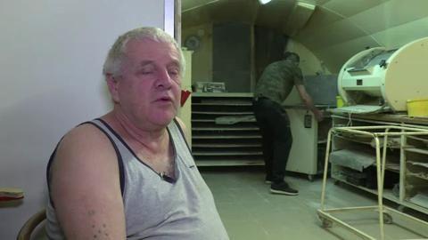A Dole, dans le Jura, un artisan boulanger a décidé de céder son entreprise au sans-abri qui lui a sauvé la vie après une intoxication au monoxyde de carbone fin 2015. Depuis plus de trois mois, Michel Flamant, chef d'entreprise de 62 ans, apprend le métier à Jérôme SDF de 37 ans.