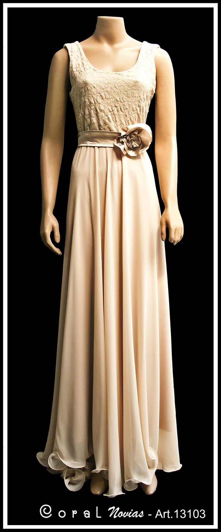 Vestido color canela con corsage de encaje y pollera de muselina con cola.