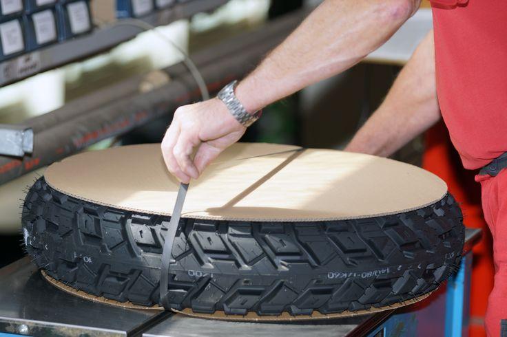 Reifenversand - Verpackung eines Motorradreifen für Auslieferung