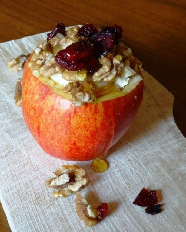 Appeltje vullen met brie, walnoten, cranberries en honing en dan hoppa de oven in. Zoet en hartig.