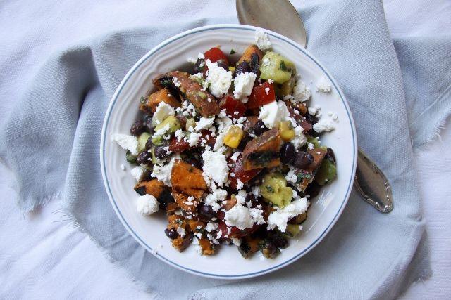 Zonnig en vegetarisch recept voor gegrilde zoete aardappelsalade met avocado, bonen, feta en verse munt en koriander. Dit recept is glutenvrij.