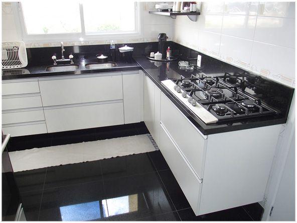 Adesivo De Anticoncepcional Engorda ~ Estilo da cozinha piso e bancadas de mármore preto + armário branco + janela na cozinha