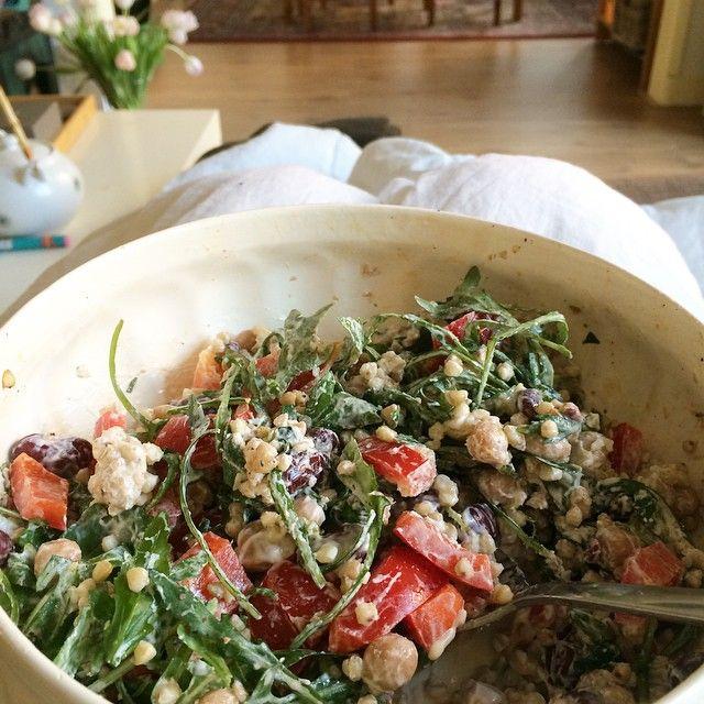 SnapWidget | Lunchen met een héél fijne boekweit-bonen salade. Hoppa gewoon op schoot, terwijl ik (Nina) voor de 100e keer de best wel slechte film No Reservations kijk. Recept komt maandag online! #skinny #lunch #skinnysix #beans #salad