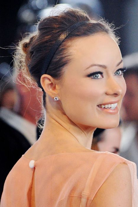 Olivia Wilde - elegant make up and a messy bun