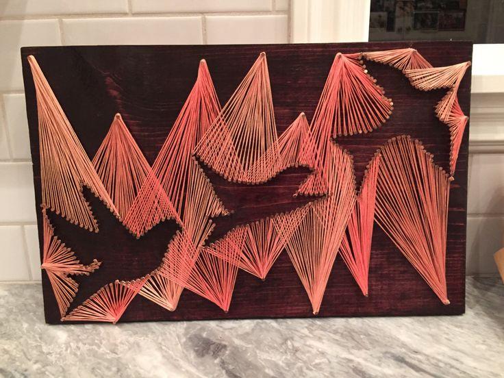 Cadena arte de tres aves voladoras. Usted puede elegir cualquier cadena de color, uñas de color y tinta para madera.