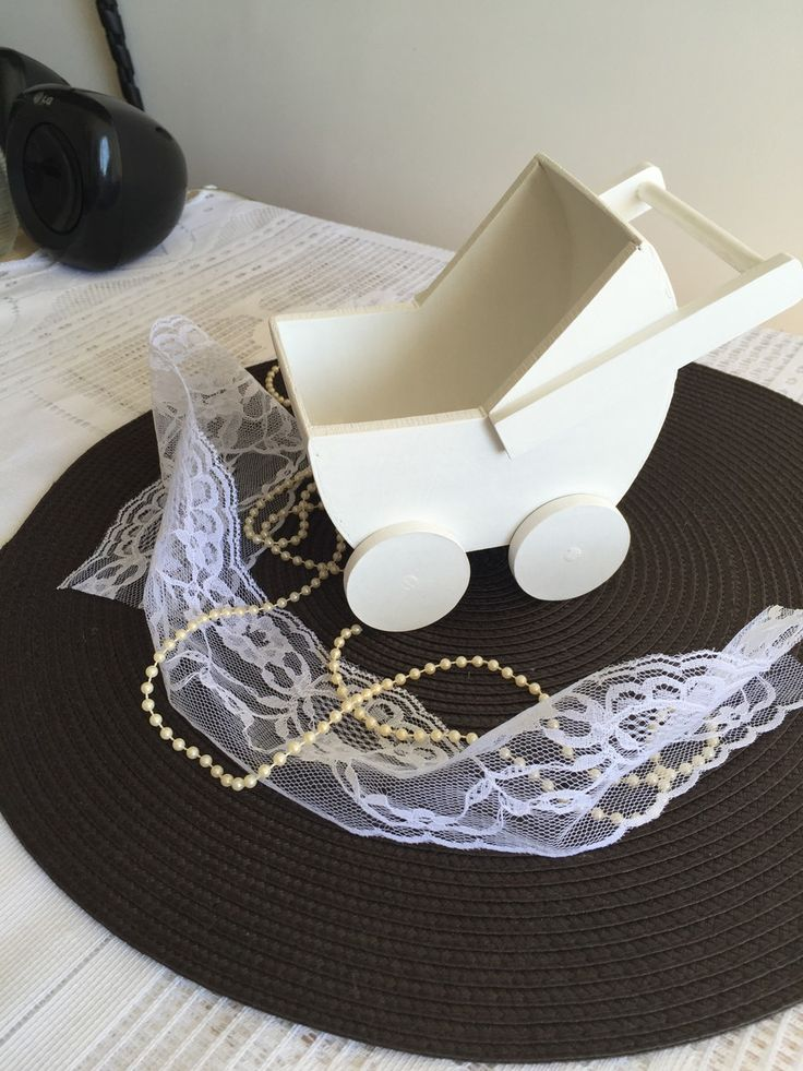 Carrinho de Bebê em madeira MDF, ideal para decoração de bebês. Na cor de sua preferência. Tamanho 14 cm de altura.