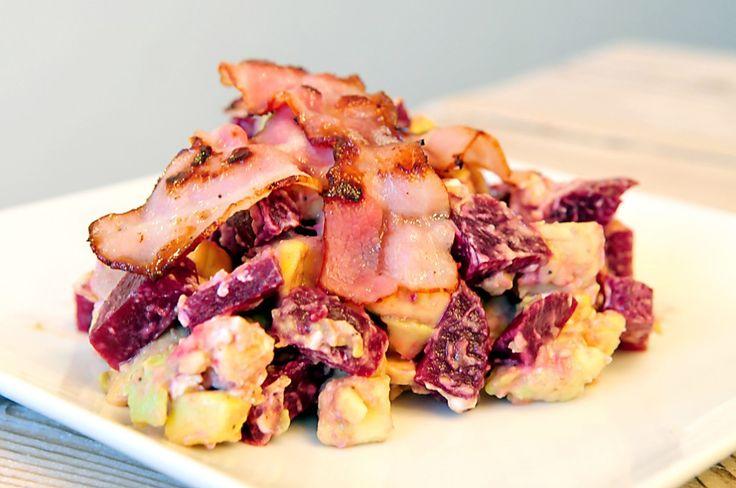 Dit heerlijke salade recept van bieten, avocado en geitenkaas kan prima gegeten worden als volwaardige maaltijdsalade.